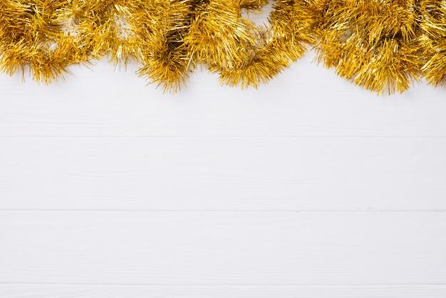 Золотая мишура на деревянном столе