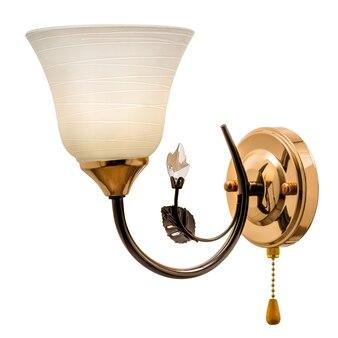 マットホワイトのベル型の色合いのゴールドトーンの壁取り付け用燭台。白い背景で隔離