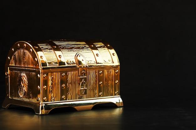 Золотой сундук с сокровищами на черном столе