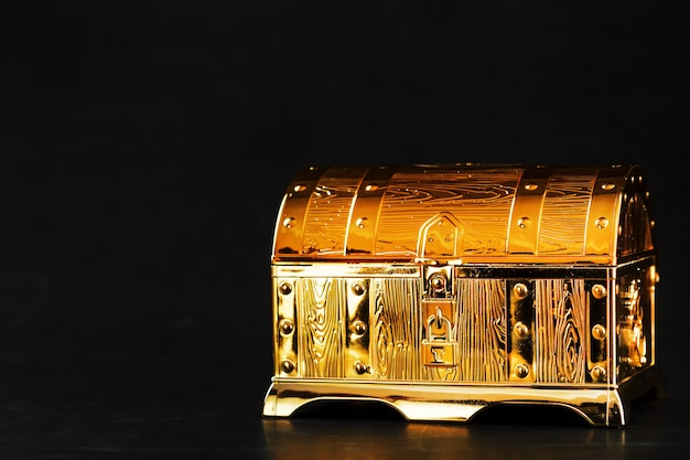 Золотой сундук с сокровищами на черном