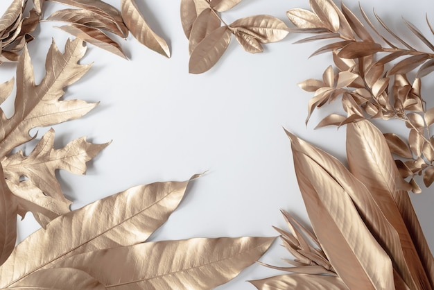 골드 열 대 야자수 흰색 배경에 monstera 잎 플랫 누워