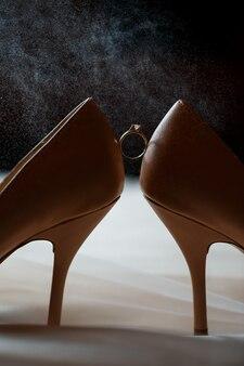 結婚式の日に女性の靴と金の結婚指輪