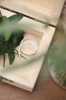 Золотые обручальные кольца в деревянной шкатулке