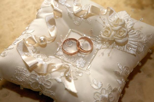 골드 결혼 반지는 장식 베개에 누워