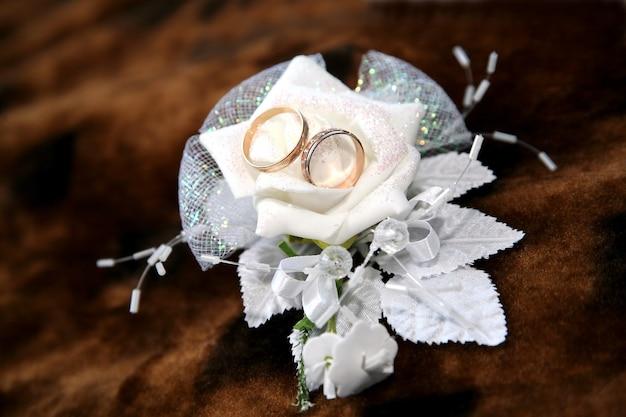 골드 결혼 반지는 장식에 거짓말