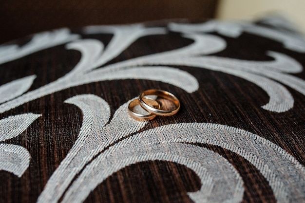 ブラウン生地にゴールドの結婚指輪