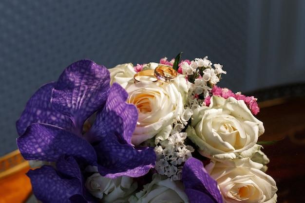花嫁の花束に金の結婚指輪。閉じる
