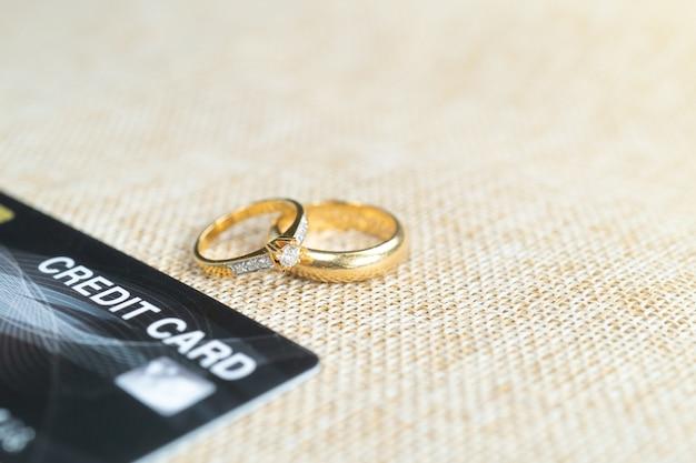 신용 카드가있는 골드 결혼 반지는 신용 카드로 비용을 지불합니다.