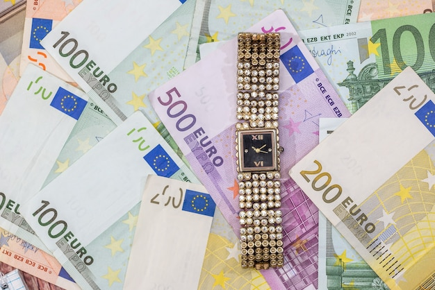유로 지폐에 골드 여자 시계입니다. 확대.
