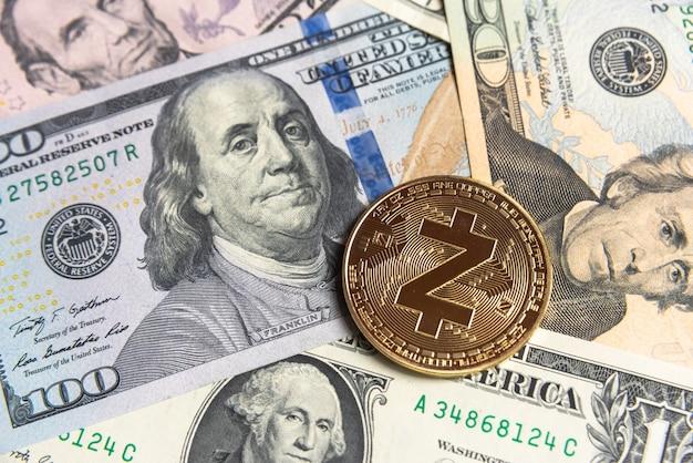 Криптовалюта gold zcash на доллары сша. крупный план цифровой криптовалюты. обмен, бизнес, торговля. прибыль от майнинга криптовалюты. шахтер с долларами и золотой монетой zcash.