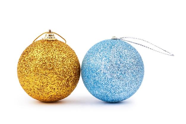 Золотые и синие рождественские блестящие шары.