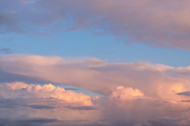추상적 인 배경으로 일몰에 부드러운 안개와 황금과 분홍색 구름