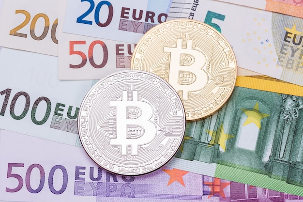 Золотые и серебряные биткойны на доллары сша и евро. концепция обмена электронных денег. фотография высокого разрешения.