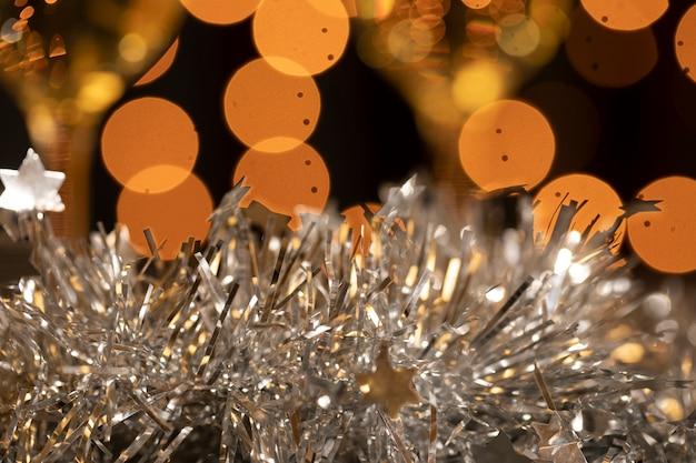 Золотые и серебряные украшения на новогодней вечеринке