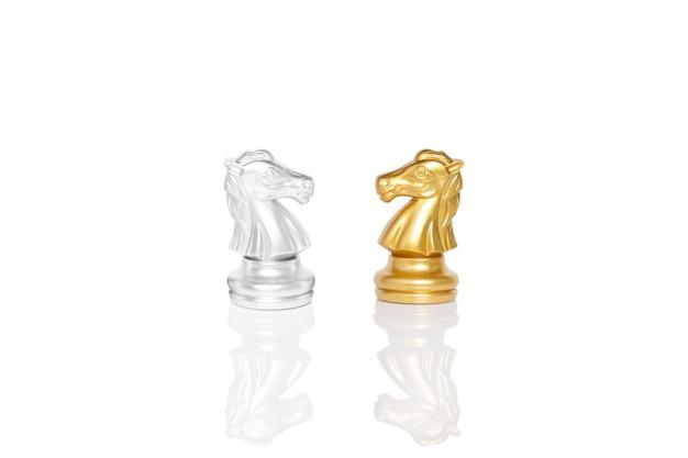 分離された金と銀の馬のチェスの駒