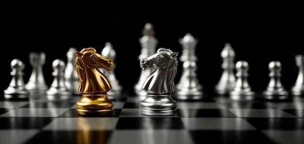 金と銀の馬のチェスの駒