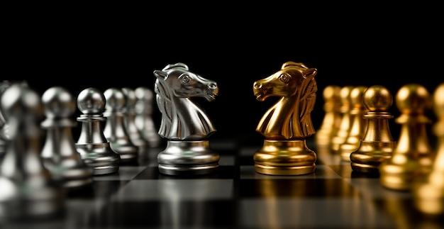 Золотые и серебряные шахматные фигуры лошади