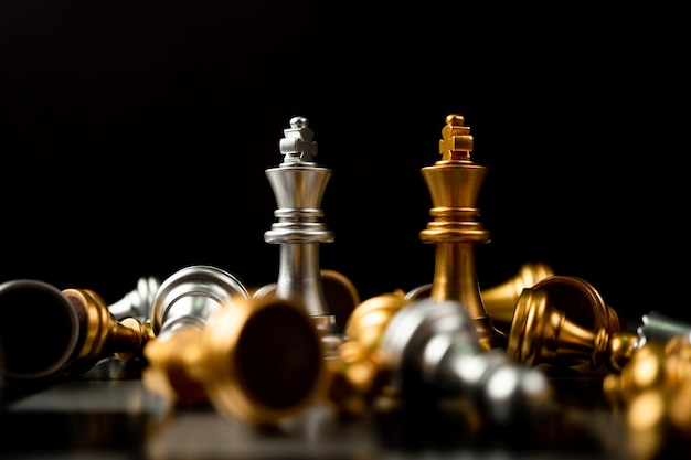 골든 및 실버 킹 체스는 체스 보드, 성공적인 비즈니스 리더십의 개념, 대결 및 손실의 마지막 서입니다