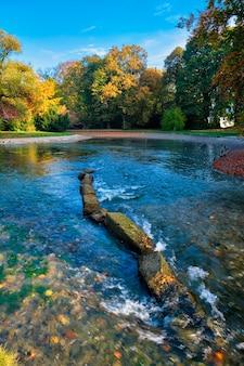유명한 뮌헨의 황금빛 가을 10월 휴식 장소 영어가르텐 뮌헨 바이에른 독일