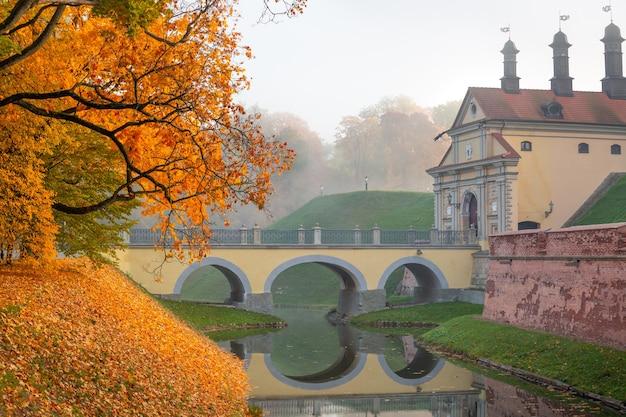 ベラルーシ、ニャスヴィシュの城の近くの黄金の秋