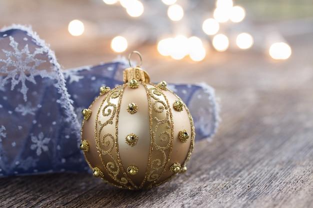Золотой шар с рождественскими огнями