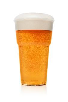 白い背景で隔離のプラスチック使い捨てカップまたはガラスの黄金のビール