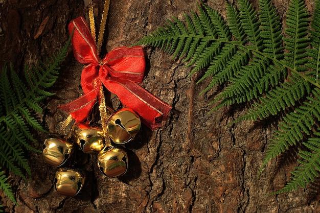 シダと木の樹皮の黄金の鐘