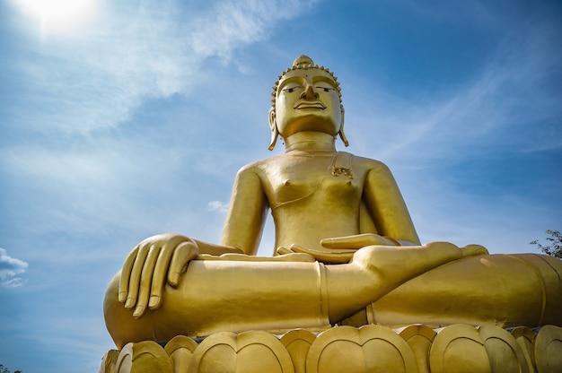 치앙칸 로이 타이라드의 푸창노이에 있는 황금빛 큰 불상. 치앙칸은 구시가지이며 태국 관광객들에게 매우 인기 있는 곳입니다.