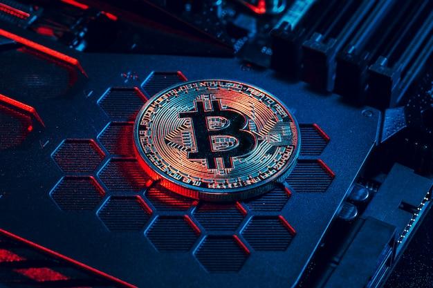 Золотой биткойн и компьютерный чип