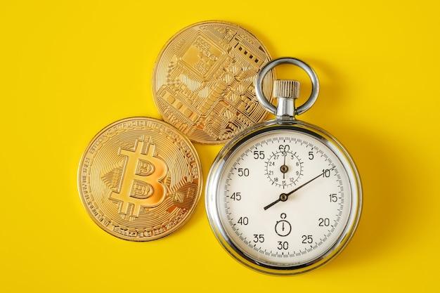 ゴールデンビットコインとストップウォッチ
