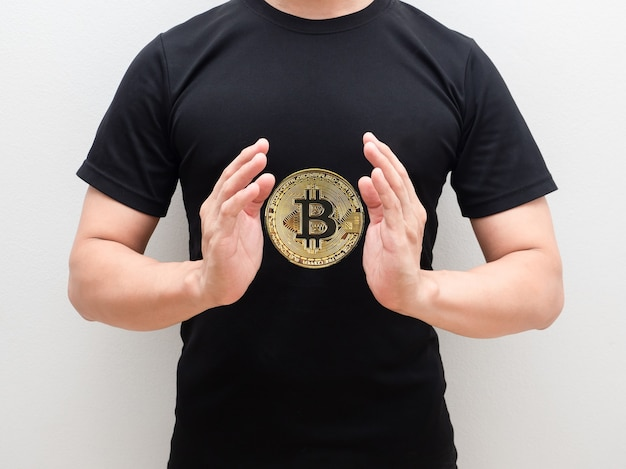 격리 된 흰색 배경에 남자 손 중간 몸의 공간에서 황금 bitcoin