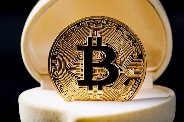 結婚指輪の箱にゴールデンビットコインコイン
