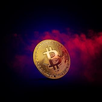 Золотая монета биткойн находится в красном и синем фоне дыма. концепция криптовалюты