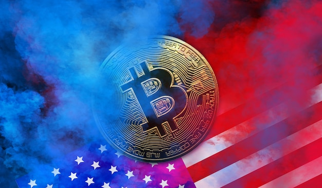 Золотая монета биткойн находится на фоне красного и синего дыма