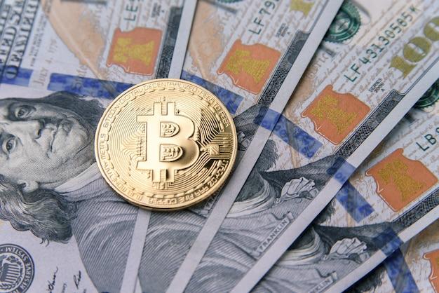 100 달러의 지폐에 황금 bitcoin 동전. 암호 화폐 사업 개념입니다. 비트 코인 현금을 1 달러로 교환하십시오. 가상 돈 투자.