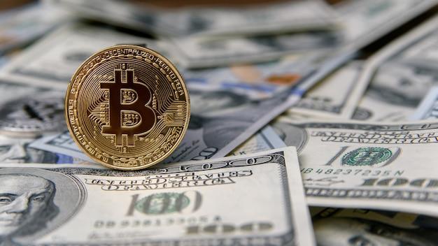 100 달러의 지폐에 황금 bitcoin 동전. 가상 돈 투자. 암호 화폐 사업 개념입니다. 비트 코인 현금을 1 달러로 교환하십시오.