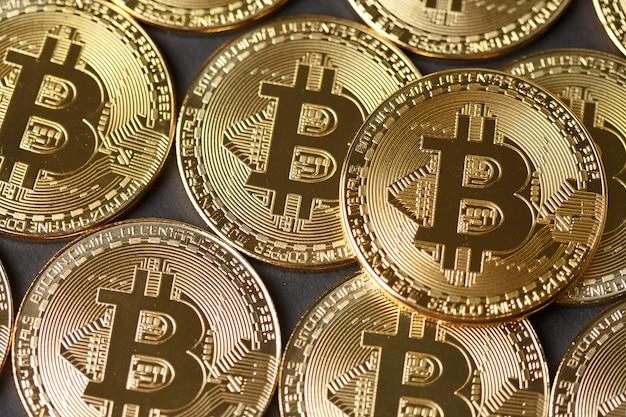Золотые монеты биткойн крупным планом