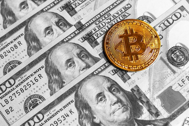 Криптовалюта golden bitcoin на доллары сша. крупный план цифровой криптовалюты. обмен, бизнес, торговля. прибыль от майнинга криптовалюты. майнер с долларами и золотой монетой биткойн.