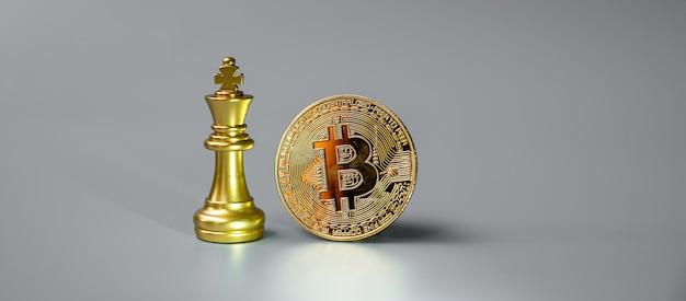 Стек монет криптовалюты golden bitcoin и фигура шахматного короля.