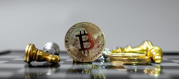 Стек монеты криптовалюты golden bitcoin и шахматная фигура на шахматной доске.