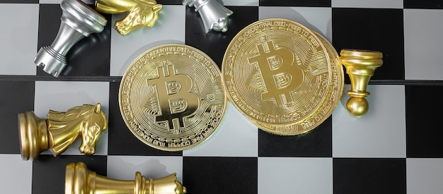 황금 bitcoin cryptocurrency 동전 스택 및 체스 판에 체스 조각.