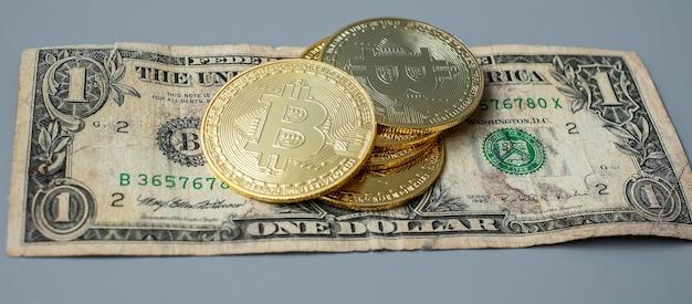 Стек монет криптовалюты golden bitcoin на фоне доллара сша, crypto - это цифровые деньги в сети блокчейнов, обмен осуществляется с помощью технологий и онлайн-обмена. финансовая концепция