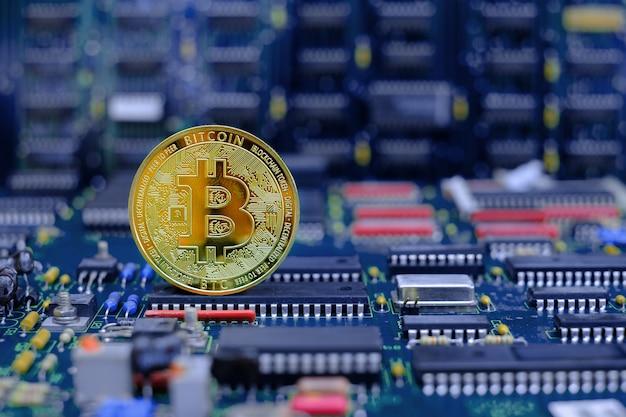 컴퓨터 전자 회로 기판 배경의 황금 비트코인 암호 화폐 새 버전