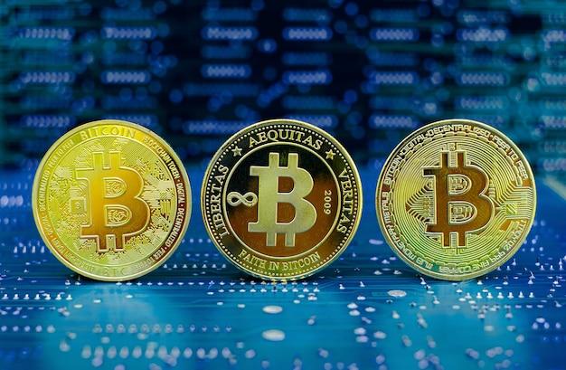 컴퓨터 전자 회로 기판 배경에 있는 황금 비트코인 암호 화폐 이전 및 새 버전