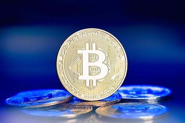 파란색 배경에 황금 bitcoin 전자 암호화입니다. p2p 결제 시스템. 황금 가상 통화 동전.