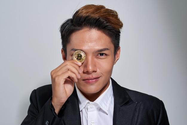 남자 손에 있는 황금 비트코인, 새로운 가상 화폐의 digitall 상징