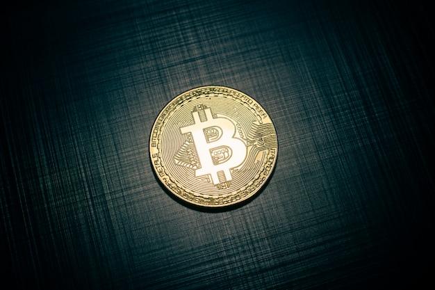 진한 파란색 금속 줄무늬 질감에 황금 bitcoin