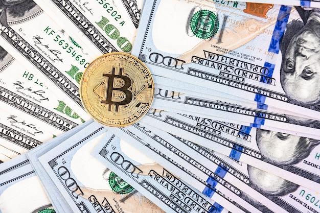 100 달러 지폐 배경에 황금 bitcoin