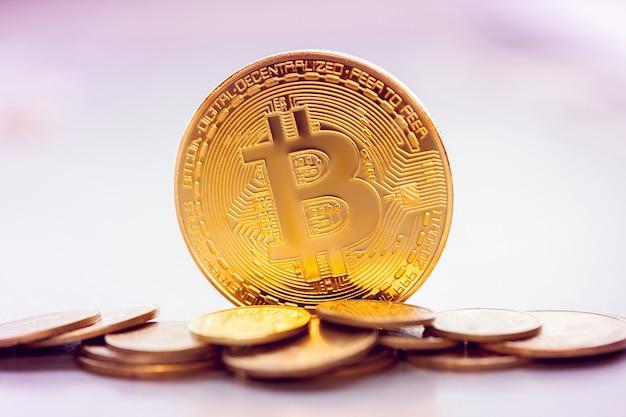 Золотой биткойн на фоне кучи других монет