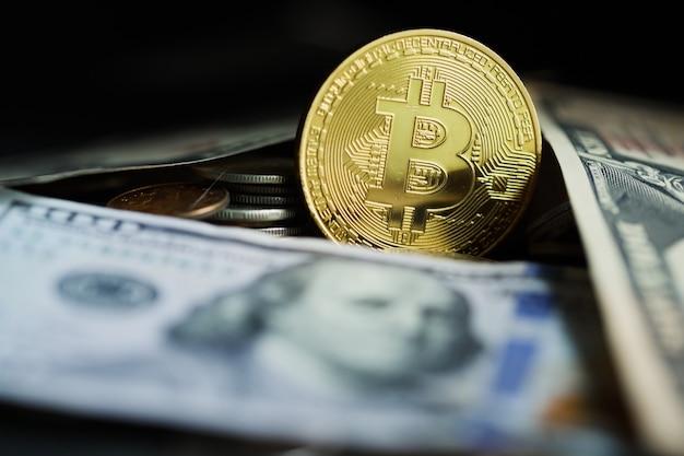 Золотой биткойн с фоном доллара. концептуальный образ для криптовалюты.